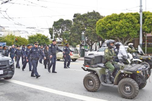 为表扬华裔警员冯英伟机智救人,公园警察分局举行一场小型游行,公园警察也开出特别军用车(右)参加。(美国《世界日报》记者李秀兰/摄影)