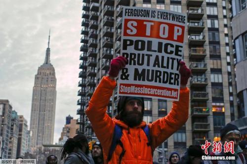 美国首都华盛顿特区、纽约以及波士顿等城市爆发示威游行,美国民众呼吁各界关注被警察打死的手无寸铁的黑人平民。