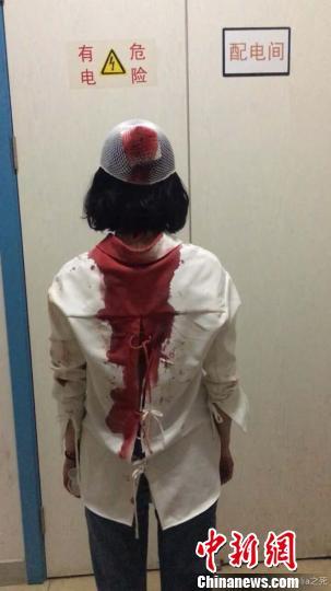 女游客称昆明街头遭陌生男追打 满脸是血被缝6针