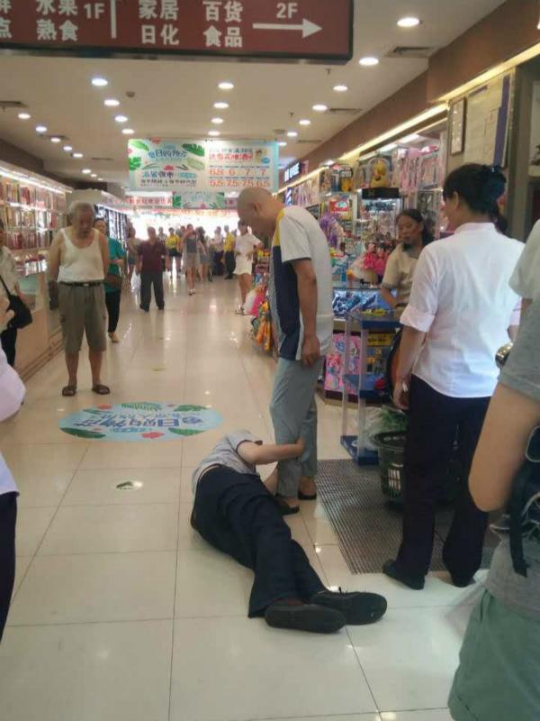 因为一个碎鸡蛋 保安躺在地上紧紧抱住顾客大腿