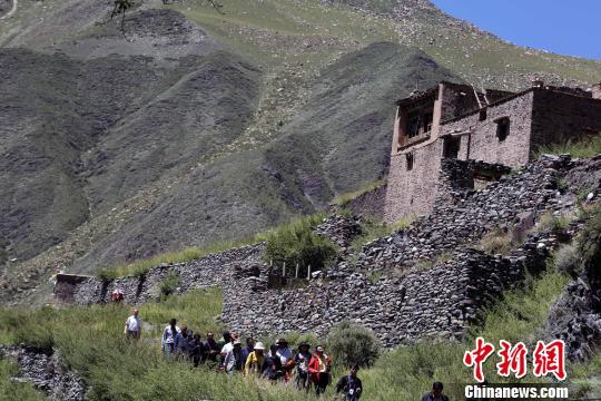 图为青海玉树藏族自治州称多县通天河边的藏族古村落. 罗云鹏 摄