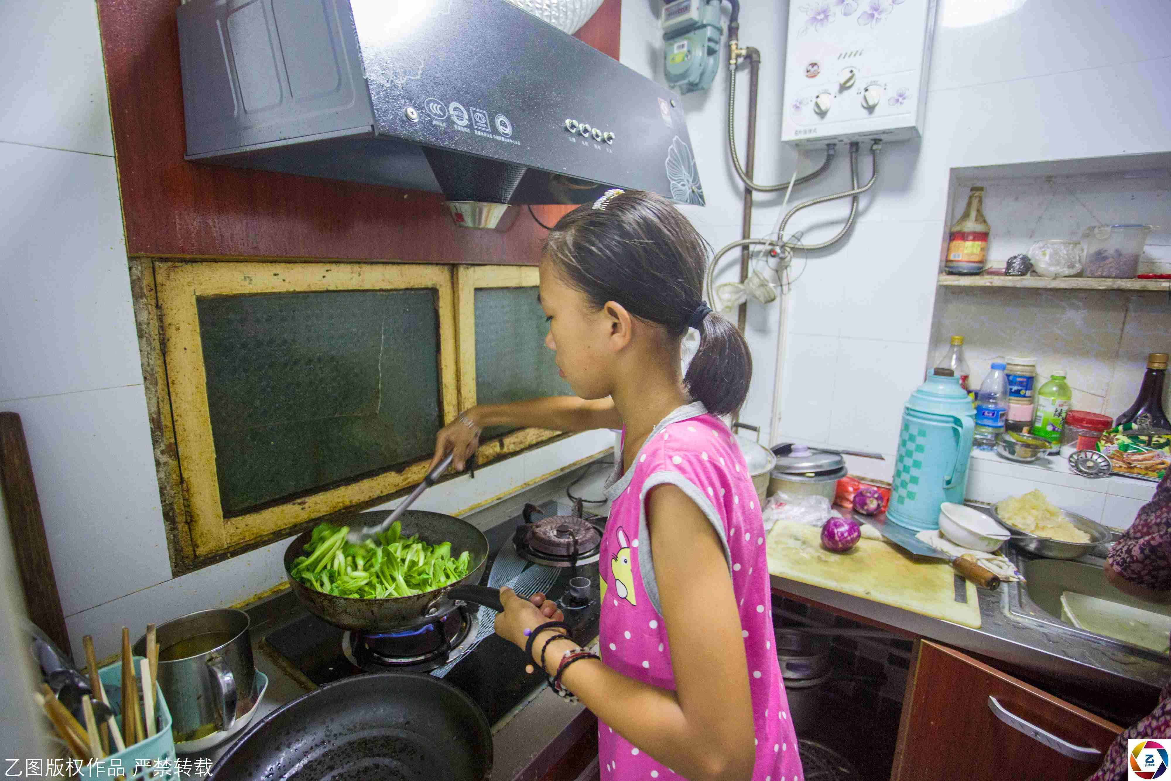 小女孩凌晨5点起床帮奶奶卖菜,每天挣20元