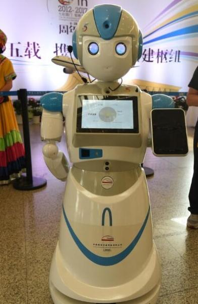 """能唱歌,会说话的智能客服机器人,可以为旅客提供""""值机"""",""""安检"""",""""登机"""""""