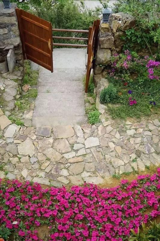 她隐居7000�O深山,建起绝美花房,是人都想住进去!
