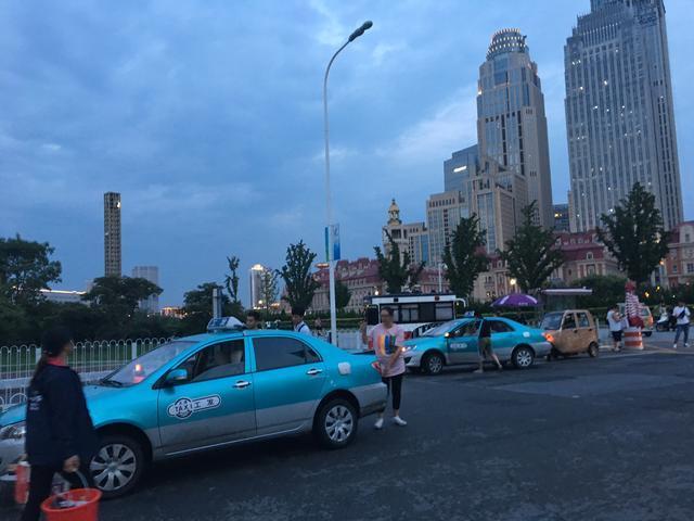 天津海河边演员当导游,游船上听相声,出租车司机态度好__?