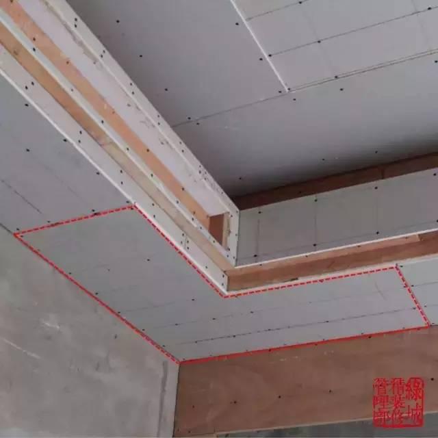 为防止室内吊顶转角位置开裂,在施工过程中在转角部位的纸面石膏板均