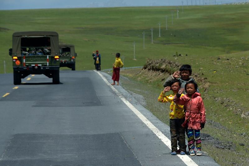 川藏线上的敬礼!一群藏族小朋友与军人之间的情谊