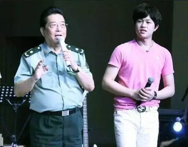 (著名歌唱家李双江和儿子李天一)图片