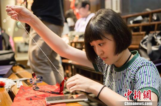 台湾学生亲手体验蜀锦制作。 钟欣 摄