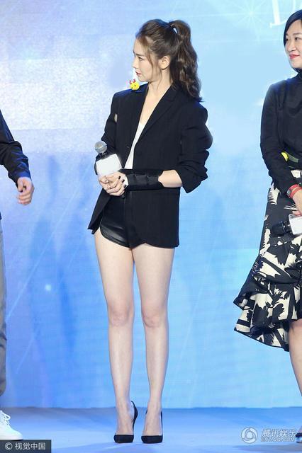 戚薇带着大长腿为新剧站台,一个大笑竟把自己笑成了安以轩!