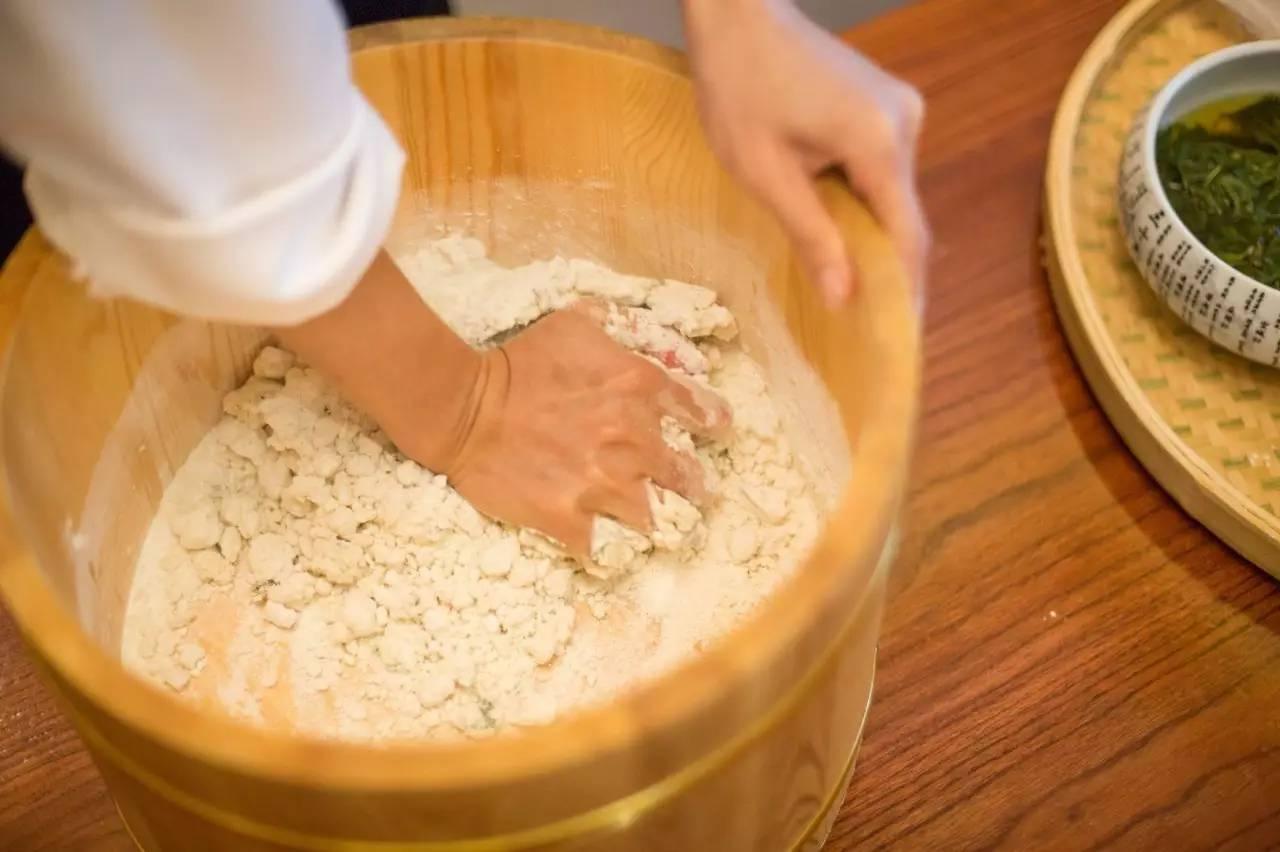 接下来的步骤像包汤圆一样,把面团分好剂子,压扁.包上馅儿.