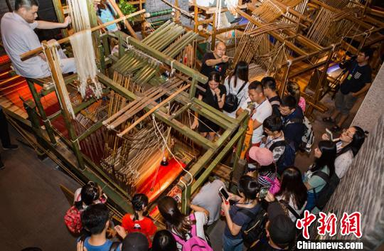 台湾学生探秘蜀锦织造。 钟欣 摄