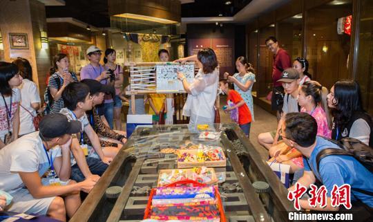 台湾学生了解蜀锦的悠久历史。 钟欣 摄