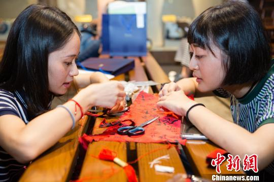 川台学生一对一结成组合,制作蜀锦元素的文创作品。 钟欣 摄