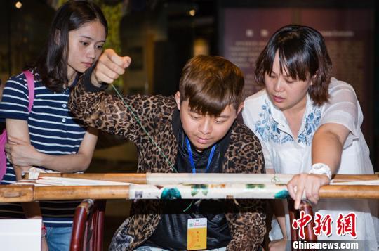 台湾学生现场学习蜀锦针法。 钟欣 摄
