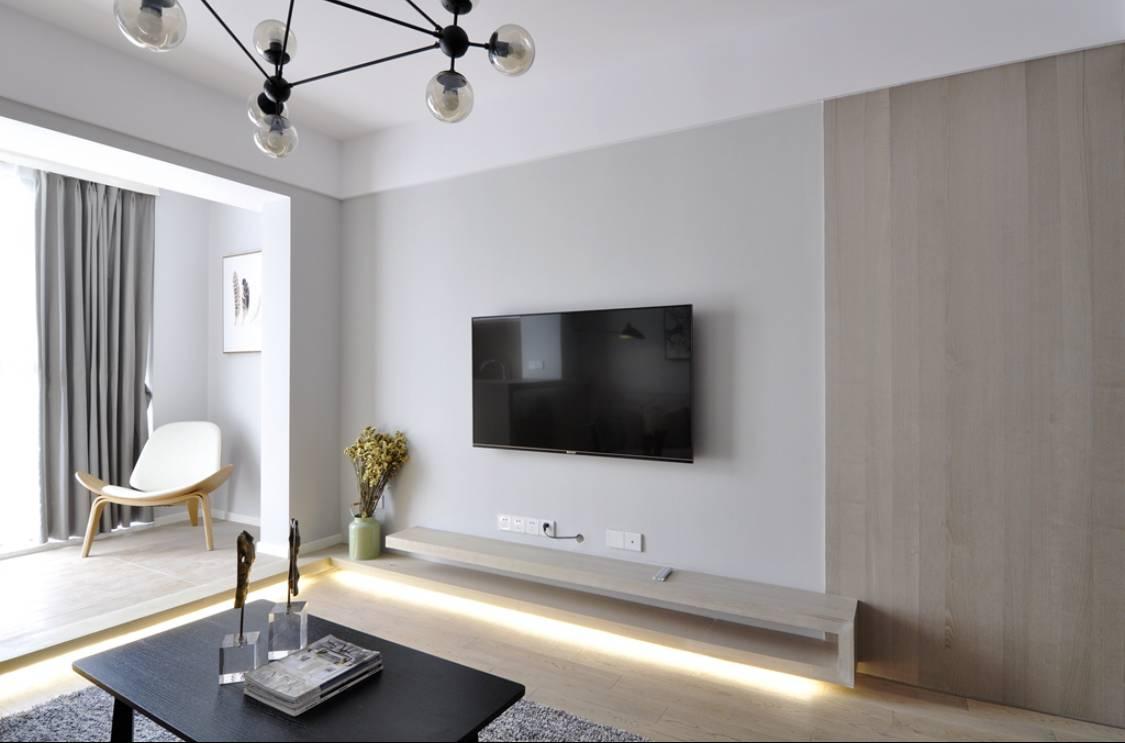 ▼白色乳胶漆为主色调,然后再在电视背景墙中加入灰色调,再搭配原木色的家居,呈现出一个很有层次的客厅环境;