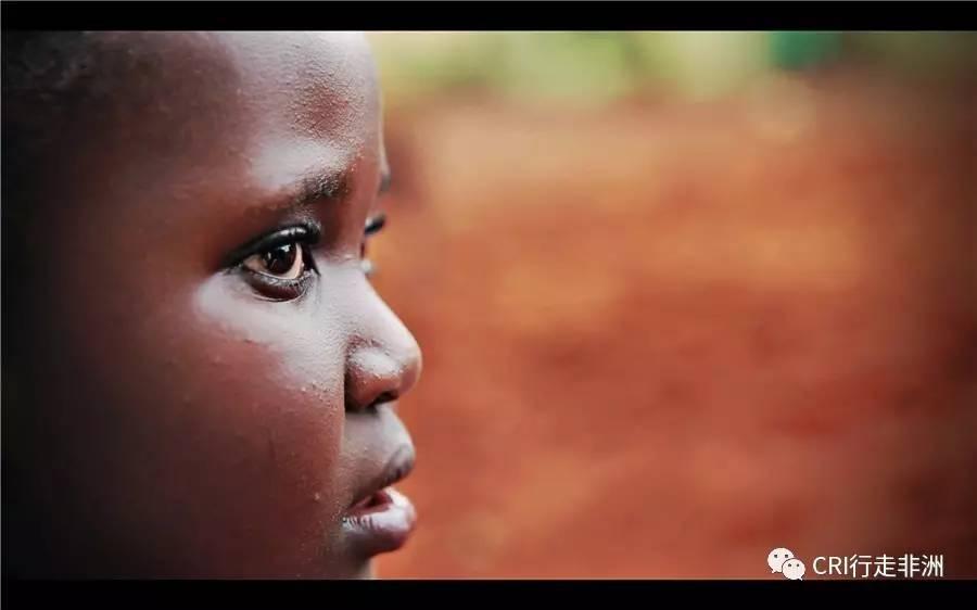 肯尼亚一所孤儿院中孩子期待的眼神 不可否认,这些初心都是善意的。然而,这次在非洲的一段经历,让我对施舍这个概念有了新的认识。 我此次非洲之行的目的是采集一些当地华人的人文素材。在与采访对象赵虹迪对话的过程中,我问及:在非洲的这四年,你觉得自己最大的改变是什么? 她说,朋友说过一句话,她觉得非常有道理:任何事情都有一个度,包括善良也是。我们应该去帮助那些值得帮助的人,而不是帮助所有人。她的这番话,听起来好像很有道理,但当时,我却一知半解。 在采访完赵虹迪之后的第二天,我就和另一位采访对象阿光一行