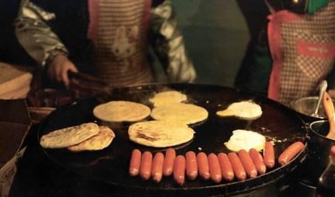 北京黄金地段的一个摊煎饼大妈火了!