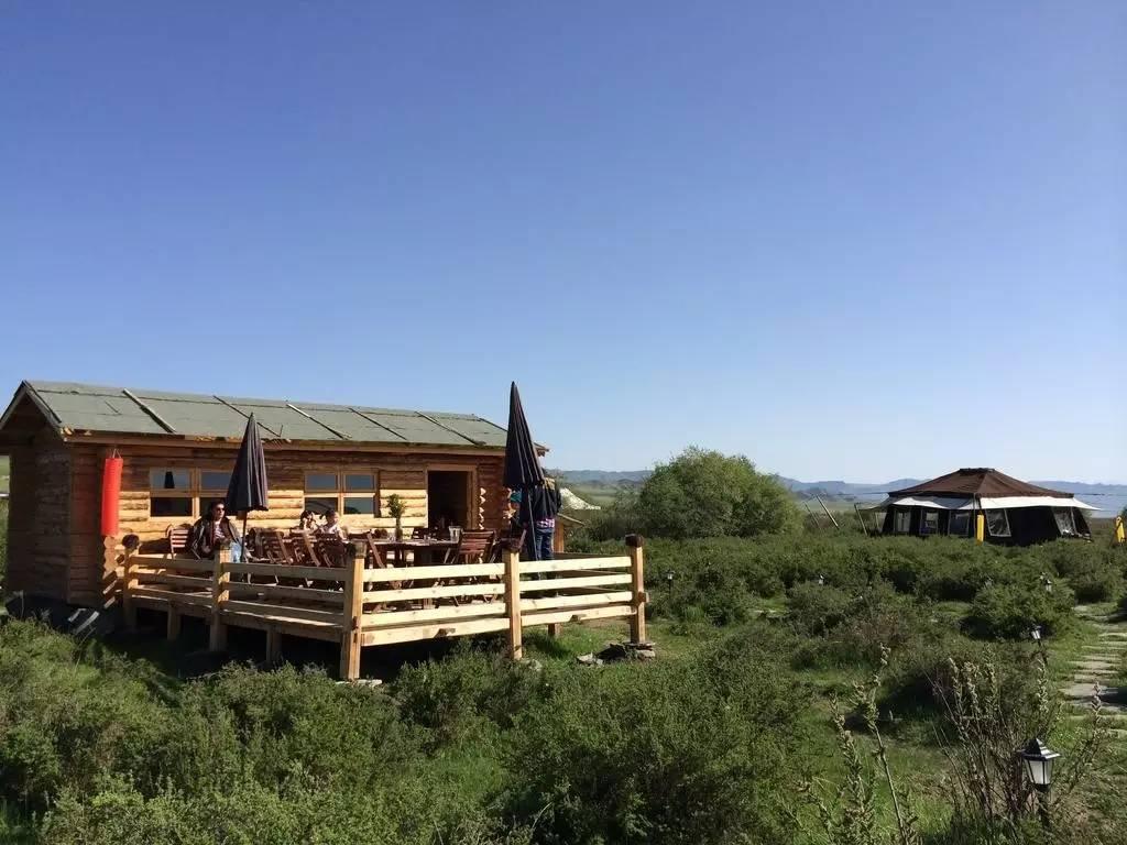 营地的帐篷与木屋