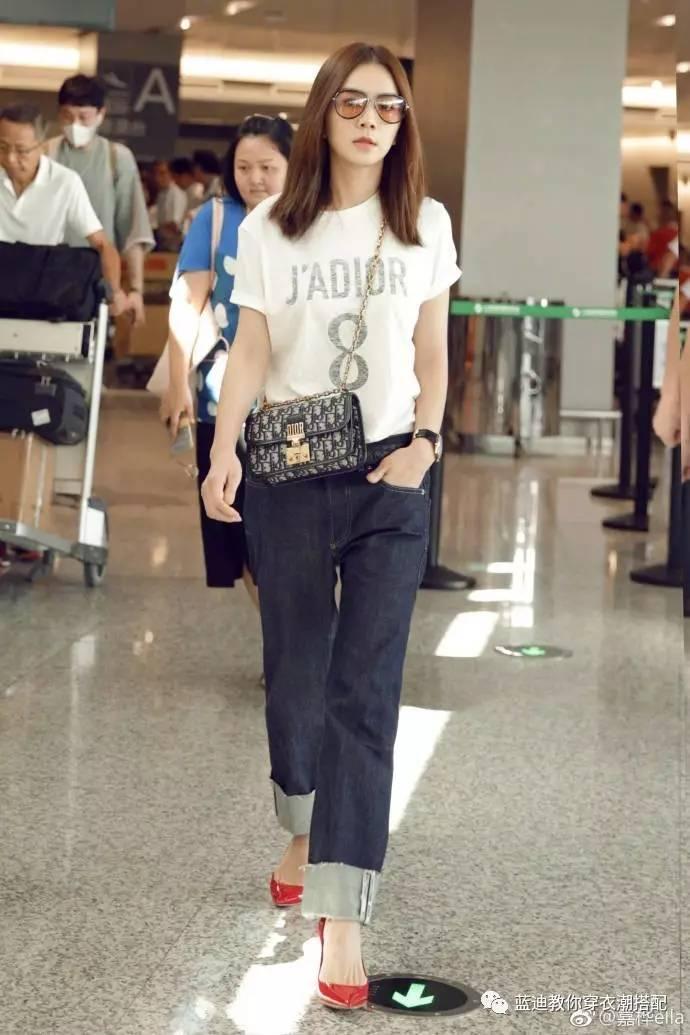 8月23日,陈嘉桦现身上海机场。很少能见到Ella的机场look,白T+仔裤是经典套路,尤其这条Dior Jeans宽松有型,卷边设计更是自带潮点,搭配亮眼的Dior红色细跟鞋,真的是轻松凹造型,走路炒鸡带感呢~