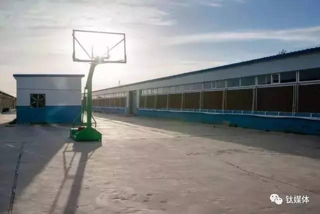 孤零零的篮球架