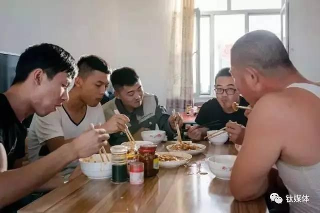 工人们在矿池边的饭厅里吃晚饭
