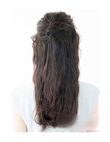 第一步:从发顶给头发烫成中卷,上层头发拉起来,扭转一下用发夹固定.