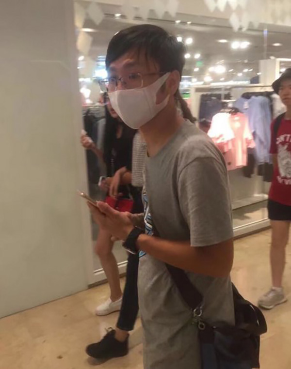 南京地铁现口罩男 强行搂抱女生