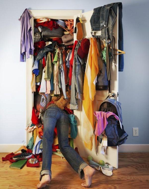 近藤麻里会的方法很简单,确认每一件衣物是否会让你感到心动以及在下一个季节,一定想穿嘛? 虽然这是一个好方法,但是对于我们这些爱美的人来说,仅仅判断衣服是否让我们心动是远远不够的,更重要的是我们要知道自己每天穿什么! STEP1 了解自己的穿衣风格及需求 1、着装的刚需:日常工作日着装 一周7天中5天都要穿的衣服,应该占据衣柜70%的席位。 比如说我,在互联网行业,没有着装要求,所以一切能穿上街的衣服都可以。 日常的我会这样穿