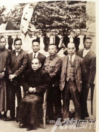 1942年11月10日,孙中山先生北山前三天与六位随从人员合影,右一为陈李济创始人李?佐后人李朗如