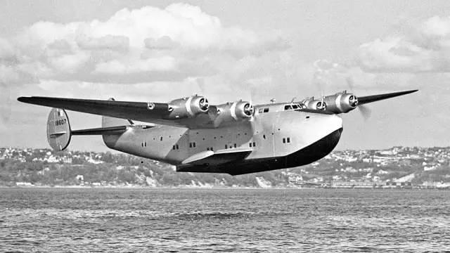 B314远程民航水上飞机 在二战中,各型军用水上飞机表现也比较活跃,比如美国的卡特琳娜式大型水上飞机和英国的桑德兰式大型水上飞机在反潜作战中表现出色。日本在参考英国桑德兰式大型水上飞机的基础上,开发出了二式大艇,主要执行侦查、反潜和运输任务。让人意想不到的是,二式大艇不仅在面对美军P38闪电战斗机时有过中弹200余发依旧成功返航的记录,还曾有过击落美军B-17、B-25等轰炸机的记录。 二式大艇 在二战后,由于航空技术的发展和喷气式飞机时代的到来,加上水上飞机船型机身在气动外形上相对于陆基民航客机处于劣