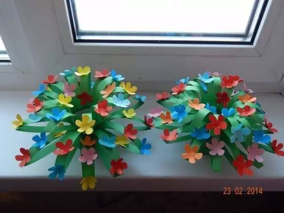 5,用彩色卡纸花瓣装饰,手工花树就完成了
