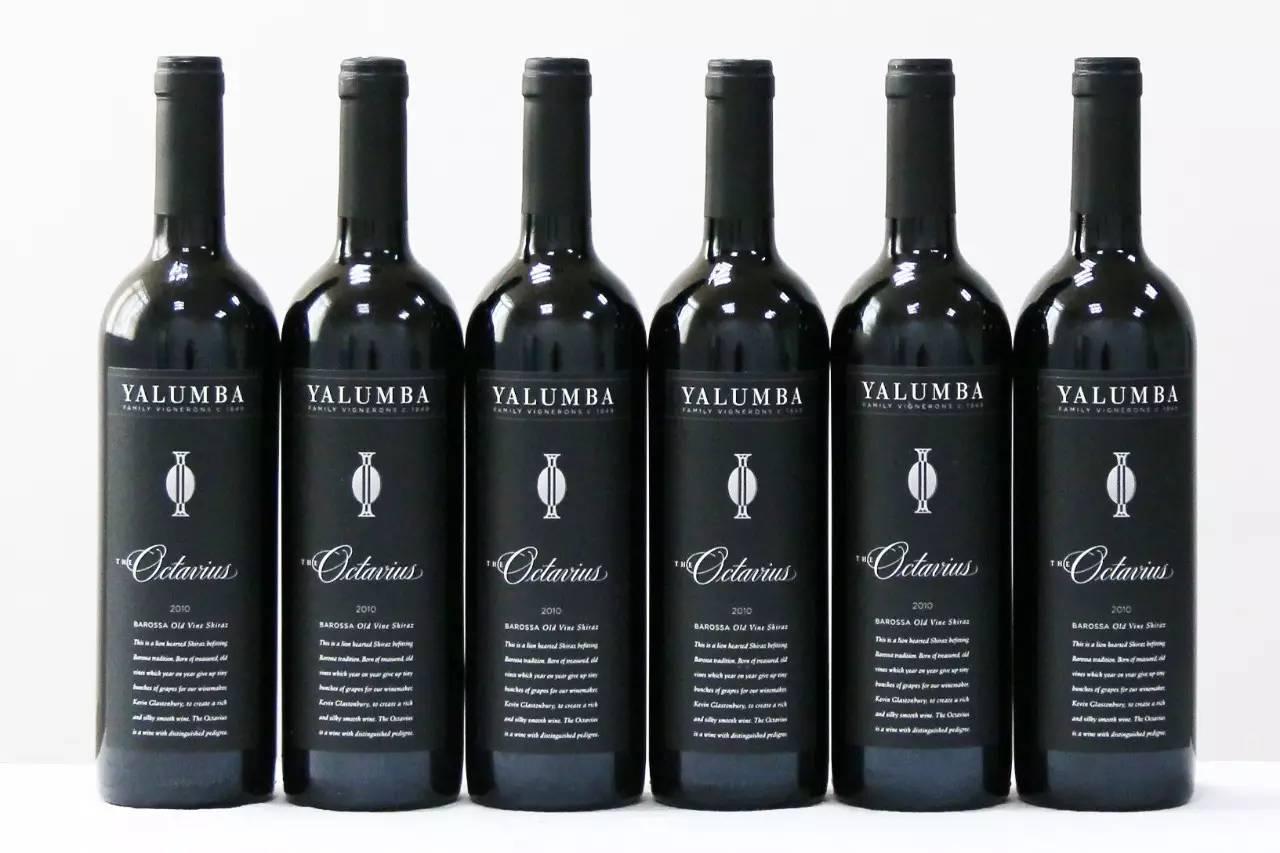 9、西拉:澳洲国宝级葡萄品种 此酒由 100% 西拉酿制。西拉是澳洲国宝级葡萄品种,是澳洲走向国际葡萄酒舞台的历史功臣。 西拉葡萄是目前最高贵、最时尚的红葡萄品种之一。说它高贵是因为西拉葡萄能够酿造出品质优异并且具有非凡陈年能力的葡萄酒,而说它时尚则是因为西拉葡萄酒目前在全球葡萄酒市场中倍受青睐。 南澳西拉果皮颜色深浓,发芽时间较晚,成熟时间较长,带有黑色水果的香气,不同产区表现出不同的特点。 10、法式和美式橡木桶陈酿 20 个月,包括八度桶、霍格桶等 葡萄破皮后,被倒进 6-8 吨容量的开盖式发酵罐