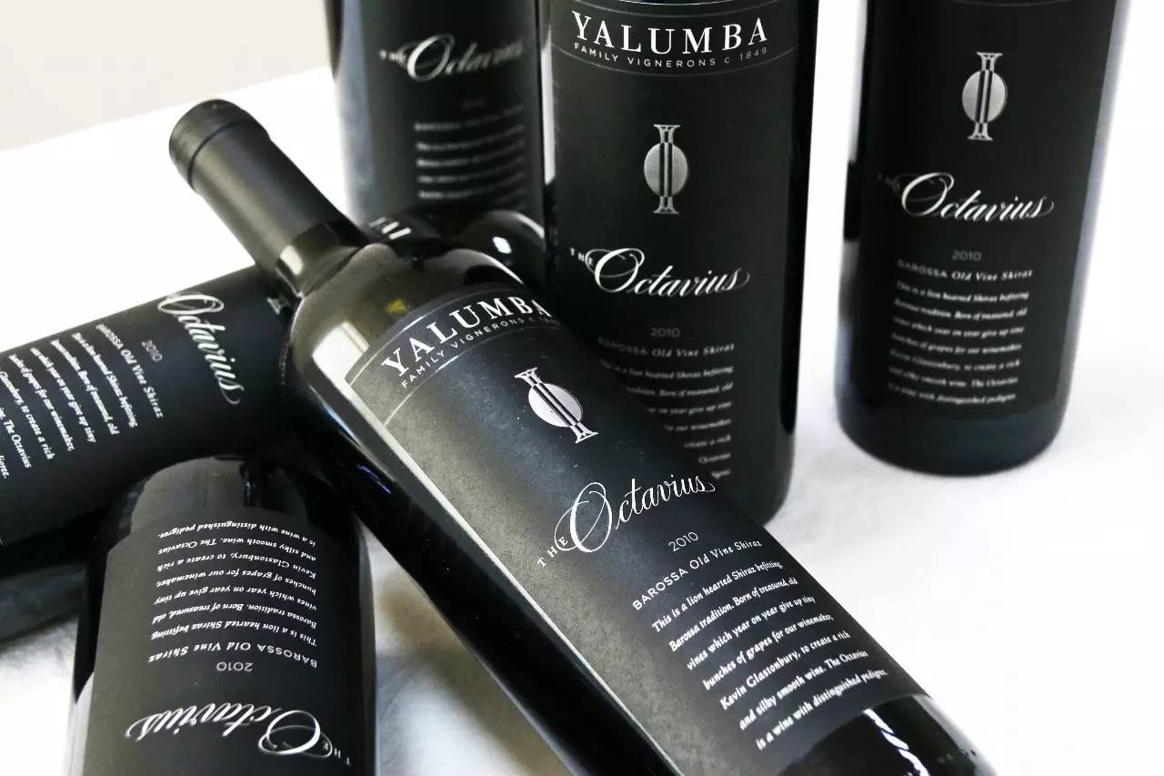 八度桶是一种容量很小的橡木桶,御兰堡自己的八度桶容量为 90 升。御兰堡八音桶葡萄酒是世界上唯一一款用如此小的木桶陈酿的顶级干红。 作为澳洲西拉的标杆之作,御兰堡八音桶位列澳洲最权威葡萄酒指南兰顿分级(Langtons Classification of Australian Wine)中的卓越级(Outstanding)。 兰顿分级中的就都是顶尖的澳洲精品酒,这些精品酒由高至低被分至尊级(Exceptional)、卓越级和优秀级(Excellent)。卓越级的含义是:极受市场欢迎,是澳洲葡萄酒质量