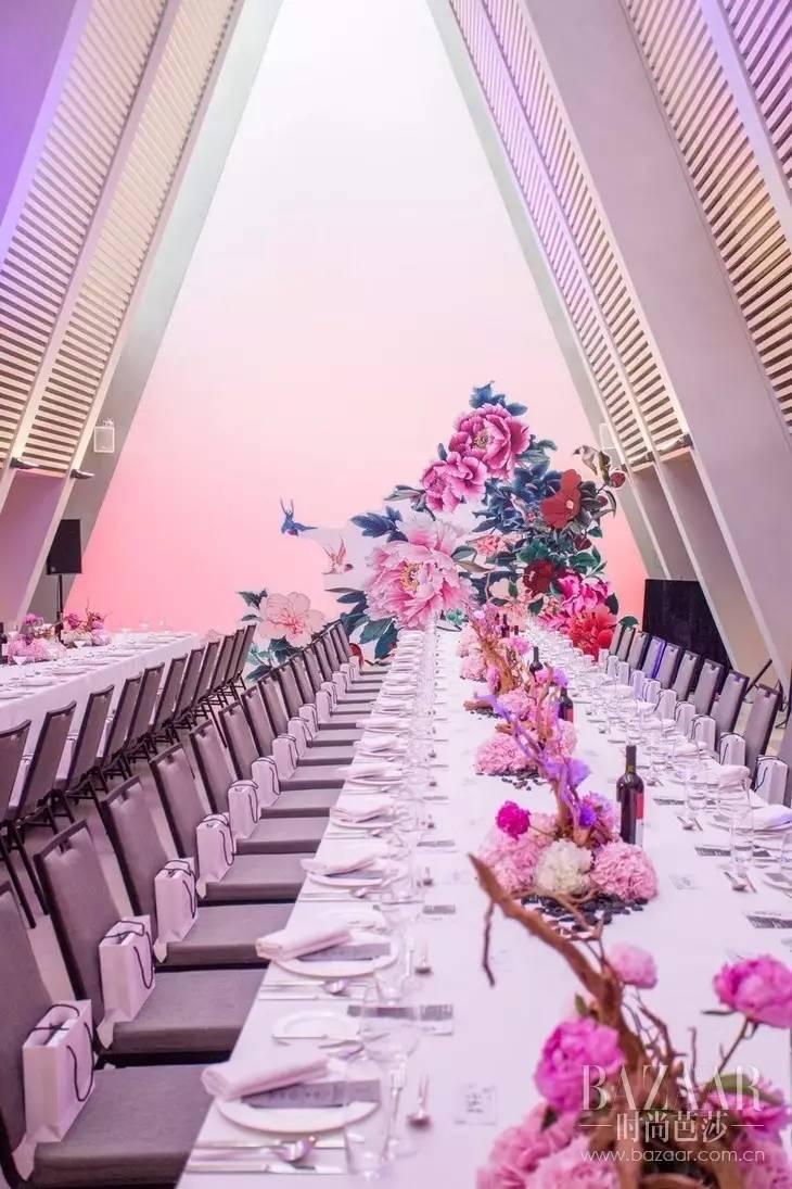 酒店的现代建筑风格,与具有中国戏剧风的布置,两种截然不同的风格,形成了完美的视觉冲击