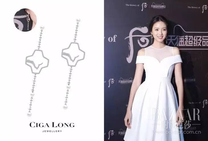 张梓琳身穿白色礼服佩戴Ciga Long珠宝同样十分优雅。