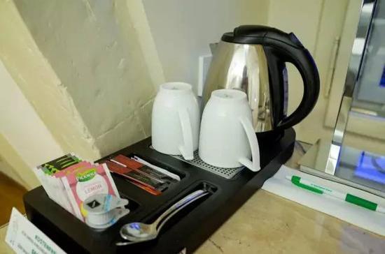 下一次看到酒店迷你吧的时候,请三思要不要使用电热水壶来泡茶,因为有