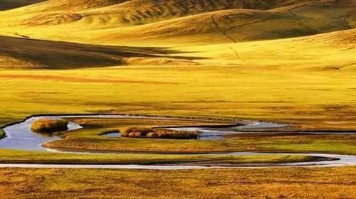 、成群的牛羊、奔腾的骏马和牧民挥动马鞭、策马驰骋的英姿尽收眼底