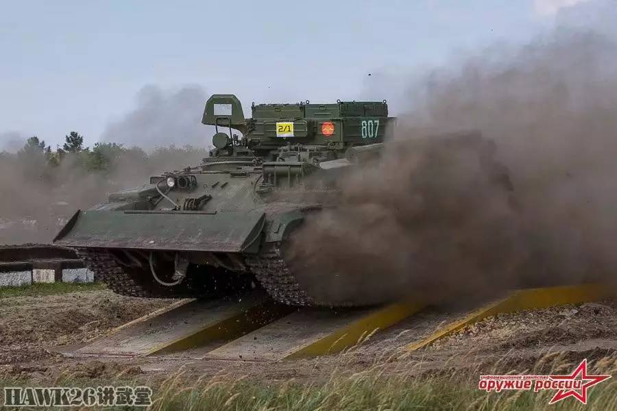 """坦克--""""修理营""""军事比赛:BREM-1装甲抢救车显身手"""