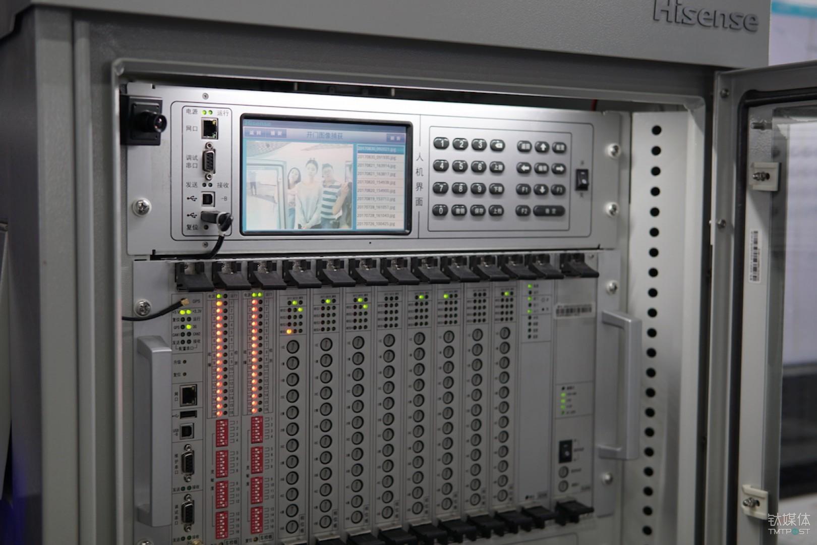 海信-信号机箱 2005 年北京奥运智能交通系统开始招标,因为了解国外品牌产品的弱点,北京提出了自己的技术测试标准,海信也参与了投标,最终在软硬件质量和稳定性上、软件的支撑上、算法的适应性上都比国外技术好。2008 年至今,海信交通信号机投入使用已经 9 年了,年故障率仅 3.