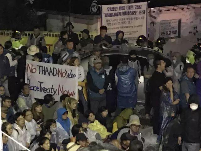 导弹--悲壮!现场实拍韩国民众彻夜阻拦萨德部署,对抗八千警察!
