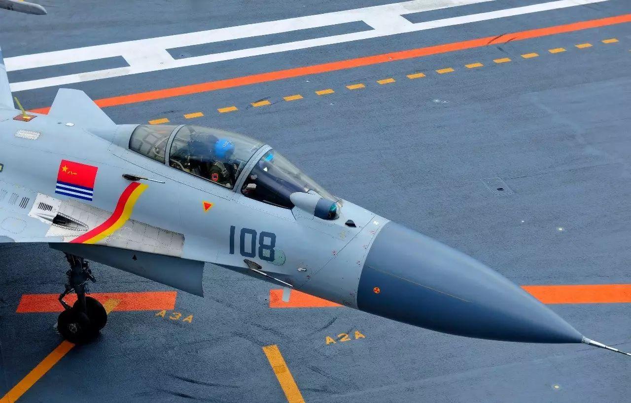 在渤海某海域,我军新一批舰载战斗机飞行员驾驶着歼-15飞机,在辽宁舰