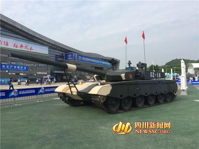 坦克--航母模型、主战坦克纷纷亮相第五届科博会(图)