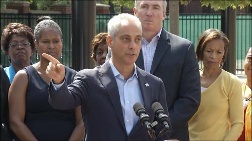 """芝加哥市长伊曼纽(中)表示,芝加哥公立学校将继续对所有""""梦想生""""展开欢迎双臂。(芝加哥市长办公室提供)"""