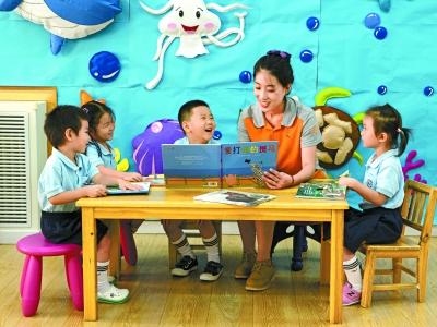 红黄蓝 执笔绘制七彩童年