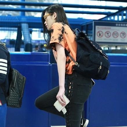 奚梦瑶曝出机场素颜照,网友却都在替她的脖子难受