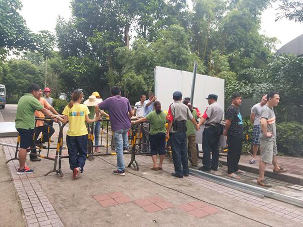 9月8日上午,广州动物园正在对动物行为展示馆实施围蔽施工。澎湃新闻记者 朱莹 摄 广州动物园和民间马戏团的拉锯战还在继续。 9月7日,广州动物园根据工作计划,对园内的动物行为展示馆(原承租方为安徽省广德县驯兽杂技团)实施围蔽施工。 9月8日上午,动物园办公室林姓负责人向澎湃新闻(www.