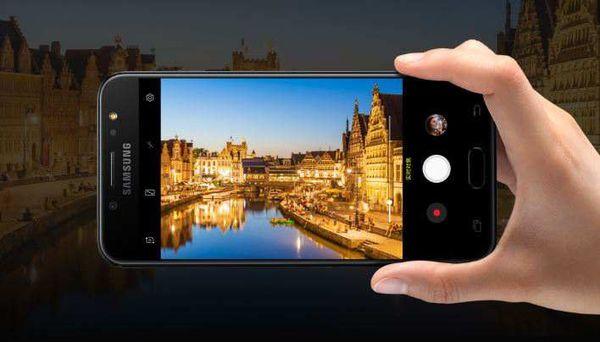 拍照方面,三星Galaxy C8是首款搭载后置双摄像头的C系列手机,其配备F1.7超大光圈,在同等光照条件下进行拍摄可以拥有更为充足的进光量。三星Galaxy C8的两枚后置镜头像素分别达到1300万和500万,支持背景虚化程度调节,从而在拍摄人像的时候能够更为突出主体。三星Galaxy C8前置1600万像素高清自拍镜头,F1.