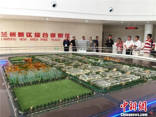 华文媒体代表参观考察兰州新区综合保税区,深入了解综合保税区在甘肃对外贸易桥头堡的地位。 史静静 摄
