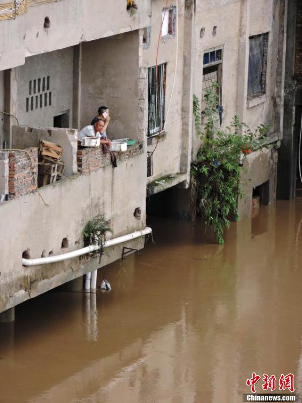 渠江洪水造成沿江部分乡镇街道和居民楼被洪水侵入,田地和道路等被淹